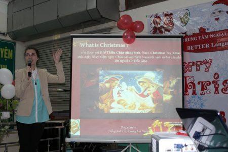 Teacher Katya và teacher Happy làm MC giới thiệu về ngày Noel