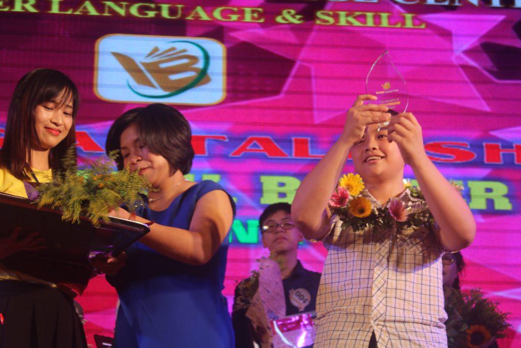 """Nguyễn Hoàng Lân lên ngôi quán quân Talkshow 2017 """"Better English, Better life!"""""""