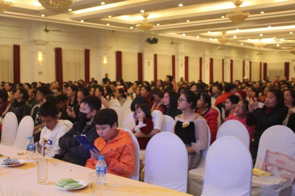 Hàng trăm khán giả đã có mặt từ sớm để cổ vũ cho các thí sinh